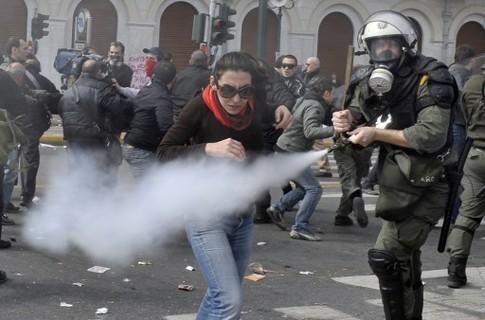 Противогазы против слезоточивого газа в Греции