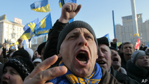Украина: автомайдан привез к резиденции Януковича гроб