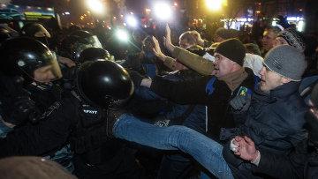 Более сотни активистов собрались на подступах к резиденции Януковича